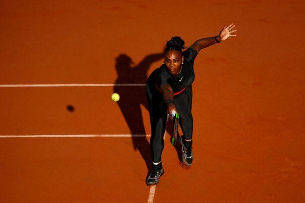 Tenniksellä on pitkä historia, eikä lajissa suvaita minkälaisia vaatteita tahansa. Kisojen pukukoodit ovat tiukkoja: esimerkiksi Wimbledonissa kilpailevilta odotetaan kokovalkoista asua.