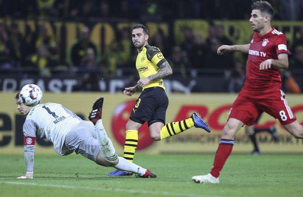 Dortmundin Paco Alcácer (keltaisessa) nosti läpiajon päätteeksi pallon Manuel Neuerin yli Bayernin maaliin.