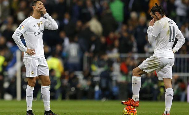 Cristiano Ronaldo ja Gareth Bale miettivät, miten kadota maan pinnalta jälleen yhden takaiskumaalin jälkeen.