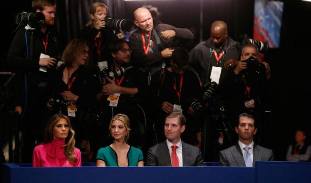 Donald Trumpin vaimo Melania Trump (vas.) ja Donaldin viidestä lapsesta kolme vanhinta Ivanka Trump, Eric Trump ja Donald Trump Jr. seurasivat väittelyä paikan päällä.