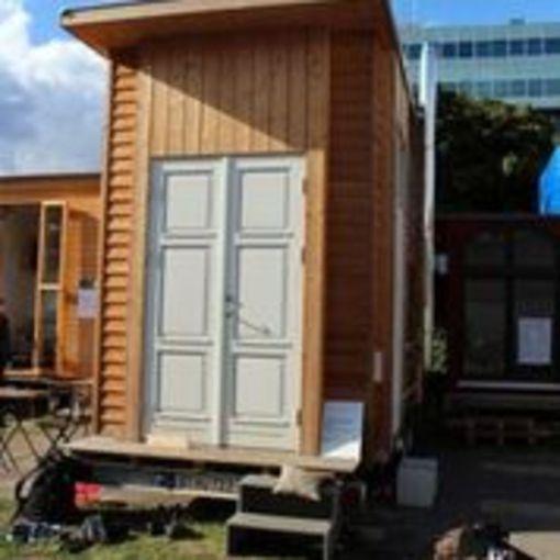 """Kuvan minikodin vuokra on sata euroa kuukaudessa. Arkkitehti toivoisi, että tulevaisuudessa minikodeilla ratkaistaisiin asunnottomuuspula, ja niitä voisi """"parkkeerata"""" mihin tahansa julkiseen tilaan."""