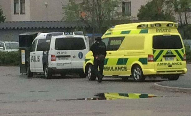 Poliisi ja ambulanssi Hovirinnassa. Hetki kuvan ottamisen jälkeen autot suuntasivat Pehtorinkadulle, jossa oli useampia poliisiautoja.