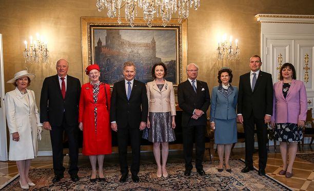 Kuvassa vasemmalta Norjan kuningatar Sonja, kuningas Harald, Tanskan kuningatar Margareeta, presidentti Sauli Niinistö, rouva Jenni Haukio, kuningas Kaarle Kustaa, kuningatar Silvia, Islannin presidentti Gudni Thorlacius Johannesson ja rouva Eliza Jean Reid.