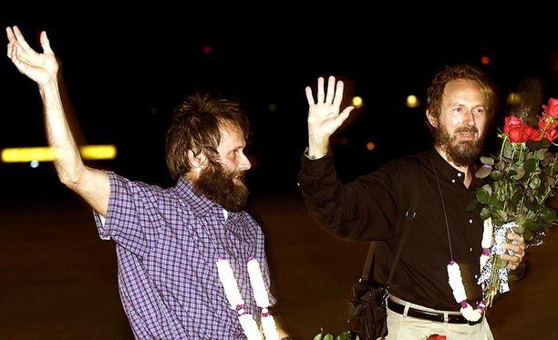 Panttivankeina pidetyt Seppo Fränti (vas.) ja Risto Vahanen vapautumisensa jälkeen Helsinki-Vantaan lentokentällä 12.9.2000.