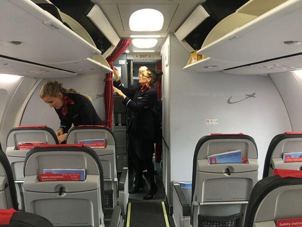 Ennen lentoa tarkastetaan, että ensiapu- ja turvavarusteet löytyvät paikoiltaan.