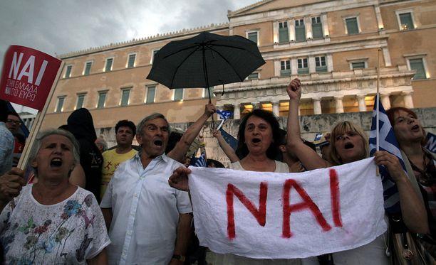 Kansanäänestyksen puolesta mieltään osoittaneet kreikkalaiset Ateenassa parlamentin edustalla tiistaina.