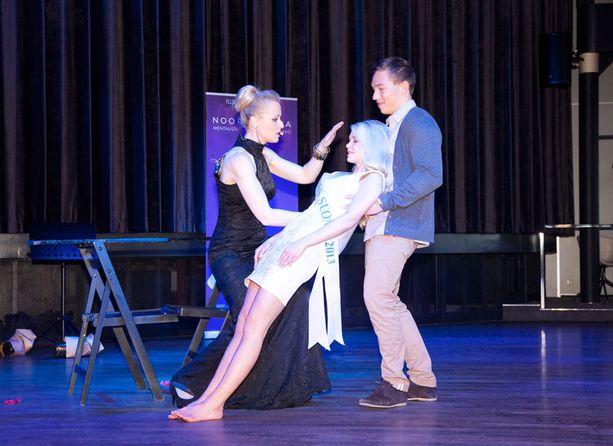 Klo 13.35 Mentalisti Noora Karma hypnotisoi Lotta Hintsan yleisön pidätellessä hengitystään.
