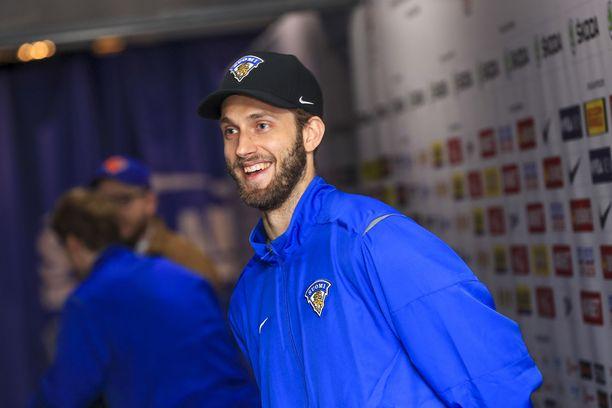 Petteri Lindbohm oli Leijonien muiden pelaajien tavoi keskiviikkona hyvällä tuulella.