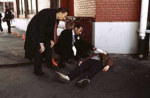 Hieman yleistettynä, joka toinen näyttelijä aloitti uransa tästä: Kovan lain uhrin/ruumiin näyttelemisestä.