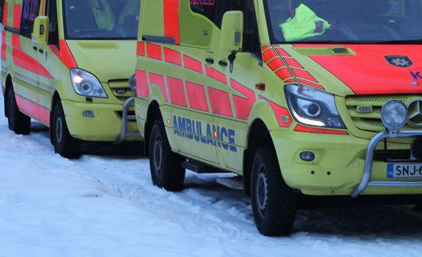 Kaksi aikuista ja kaksi lasta loukkaantui vakavasti kahden henkilöauton nokkakolarissa Jämsässä.