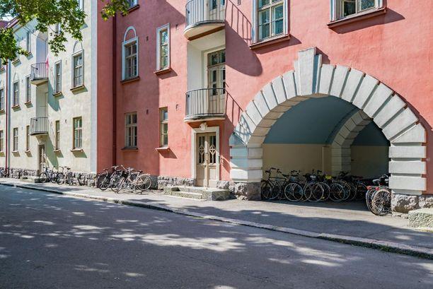 Yksiö sijaitsee suositussa Asunto-osakeyhtiö Sammatissa, joka tunnetaan myös nimellä Apinalinna.
