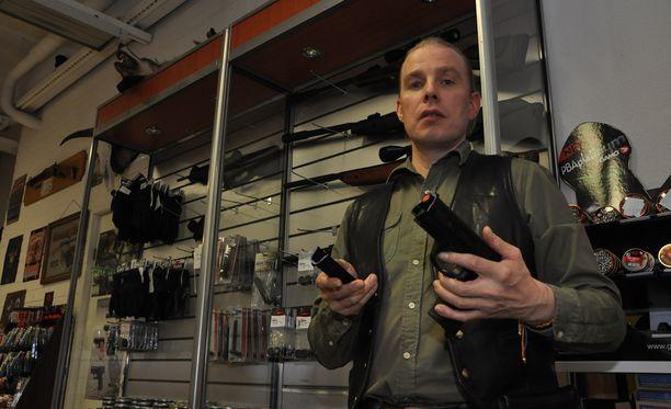 Asekauppias Sami Raunio Terä-Asekeskuksesta on vaatinut perusteellista tutkintaa asekirjanpidon katoamisesta.