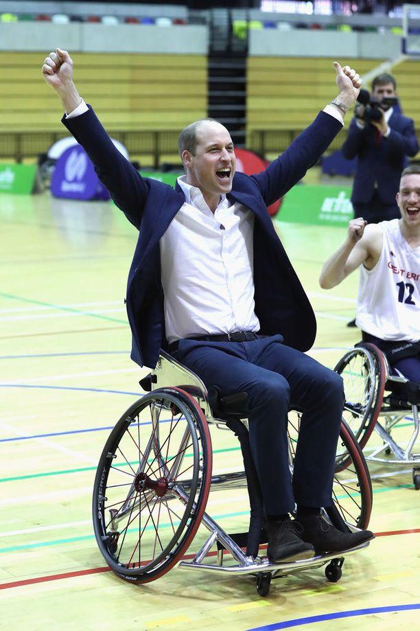 Prinssi William näytti innostuneelta, kun hän pääsi kokeilemaan pyörätuolikorista.