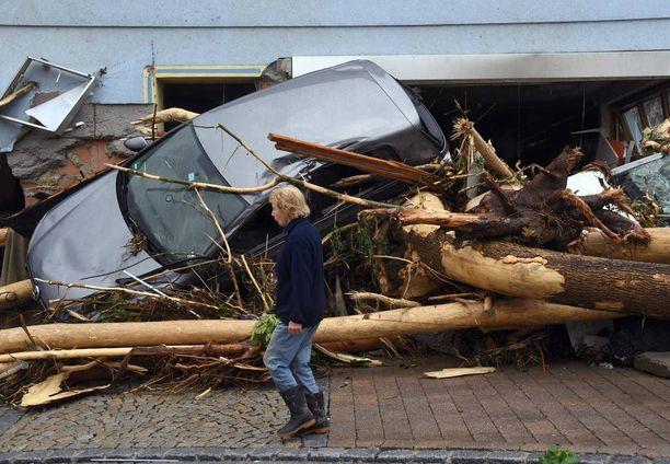 Ajoneuvo vahingoittui myrskyssä.