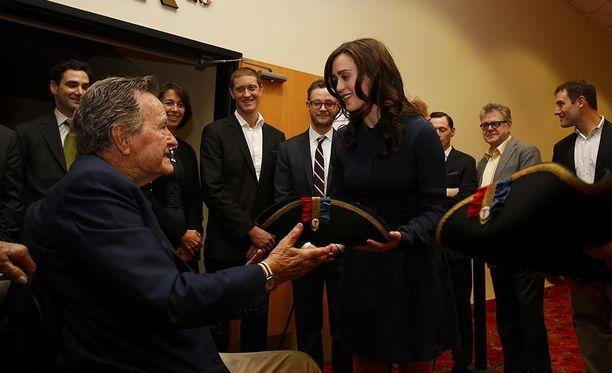George Bush vanhempi sai esityksen jälkeen Lindiltä lahjaksi Yhdysvaltojen vapaussodan aikaisen mallin mukaan tehdyn kolmiohatun.