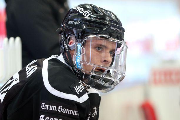 Mikael Pyyhtiä on kuin TPS:n kausi pienoiskoossa. Hyökkääjä aloitti kauden ilman isoja odotuksia A-junioreissa. Tammikuussa nuorukainen voitti alle 20-vuotiaiden MM-pronssia ja tällä viikolla SM-hopeaa.