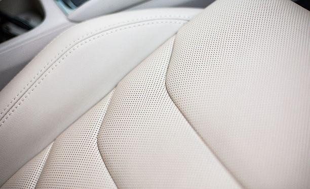 Mukava ja ylellinen nahkaverhoilu kuuluu Exclusive-varusteluun. Etuistuimissa lisäksi tuuletustoiminto.
