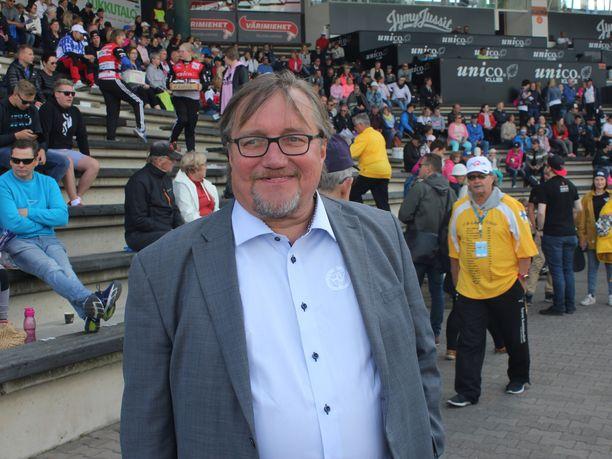 Pesäpalloliiton toiminnanjohtaja Arto Ojaniemi jännitti tyttärensä pelin sujumista Itä-Lännessä.