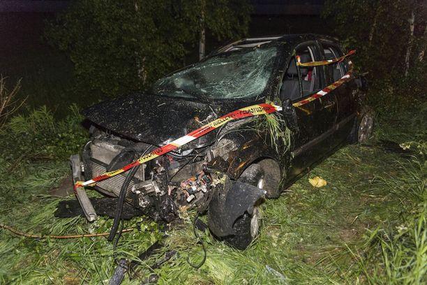 Kuljettaja loukkaantui onnettomuuden seurauksena vakavasti ja auto romuttui täysin.