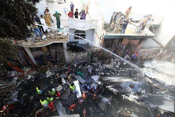 Pelastustyöntekijät yrittävät löytää eloonjääneitä romahtaneista taloista.