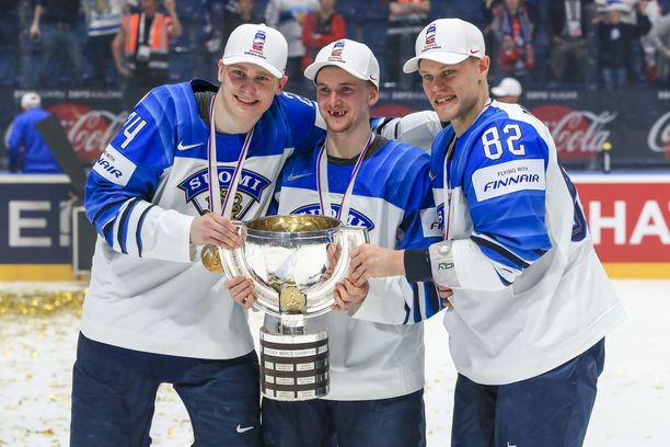 Kaapo Kakko (vas.), Sakari Manninen ja Harri Pesonen muodostivat MM-kisoissa Leijonien ykkösketjun.
