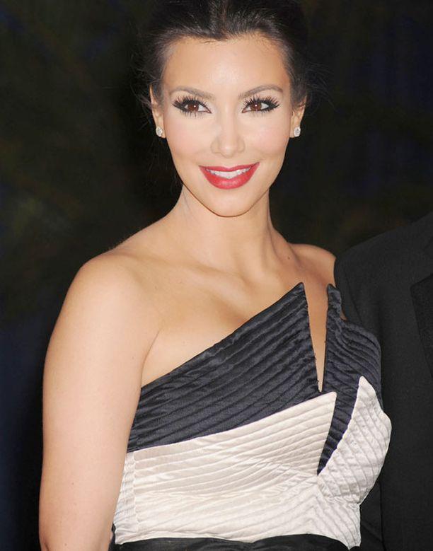 Näin tyylikkäänä Kim juhli Valkoisen talon kirjeenvaihtajien illallisilla.