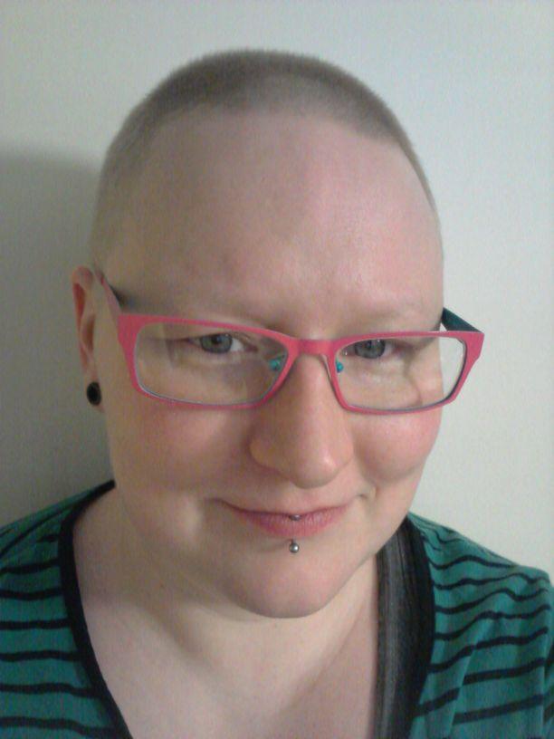 Syöpähoitojen aikaan Minttu Kämäräinen oli tuore äiti. Hänen mukaansa hiusten, ripsien tai edes rintojen menetys ei tuntunut oikeastaan miltään. Lapsi oli ajatuksissa etusijalla.