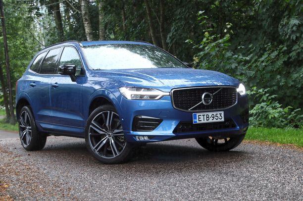 Sähkönsininen isoilla 19-tuuman kiekoilla terästetty Volvo  XC60 on hyvännäköinen ajopeli.