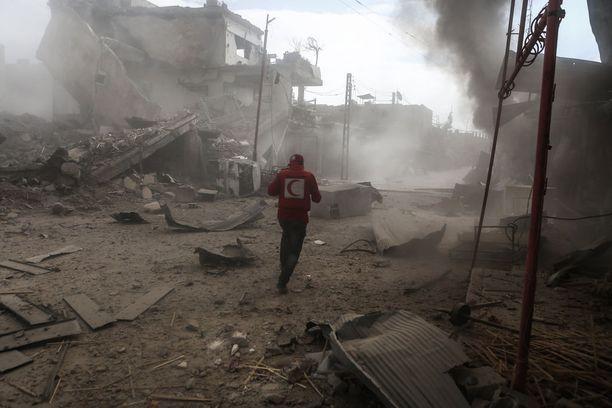 Punaisen puolikuun vapaaehtoinen tutki tiistaina aluetta, johon oli juuri osunut ilmaisku.