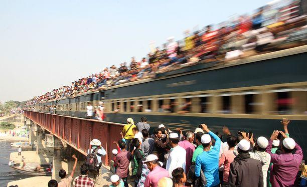 Intiassa junat ovat usein täpösen täynnä.