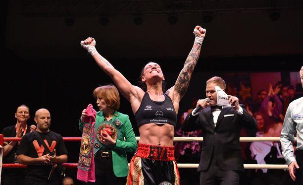 Eva Wahlström nauttii voitostaan.