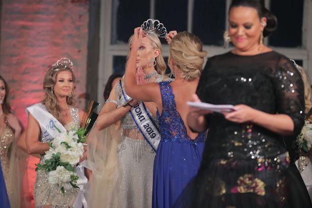 Lola juonsi Miss Suomi -kisoja tänä vuonna.
