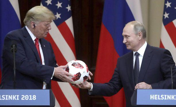 Vladimir Putin antoi Donald Trumpille kisapallon Helsingissä.