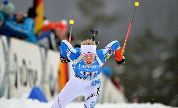 Kaisa Mäkäräinen toi Suomen johdossa ensimmäiseen vaihtoon Ruhpoldingissa.