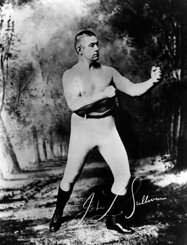 John L. Sullivan tyrmäsi miehiä paljain nyrkein 1880-luvulla. Kuva noin vuodelta 1885.