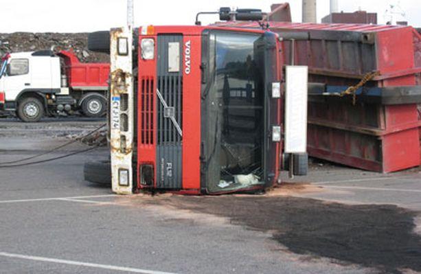 Ajoneuvosta maahan valuneet öljyt saatiin imettyä pois.