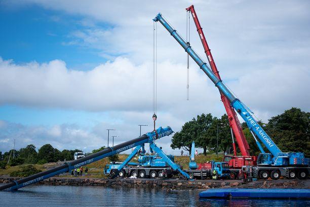 Mereen romahtanutta benjihyppynosturia nostettiin merestä lauantaina 26.7.2020.