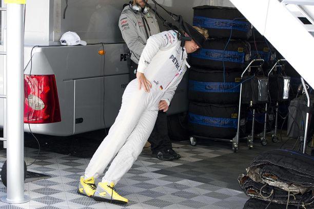 Mitäkö tässä tapahtuu? Nico Rosberg treenaa niskalihaksiaan, jotka ovat F1-kuljettajalle yhdet tärkeimmistä.