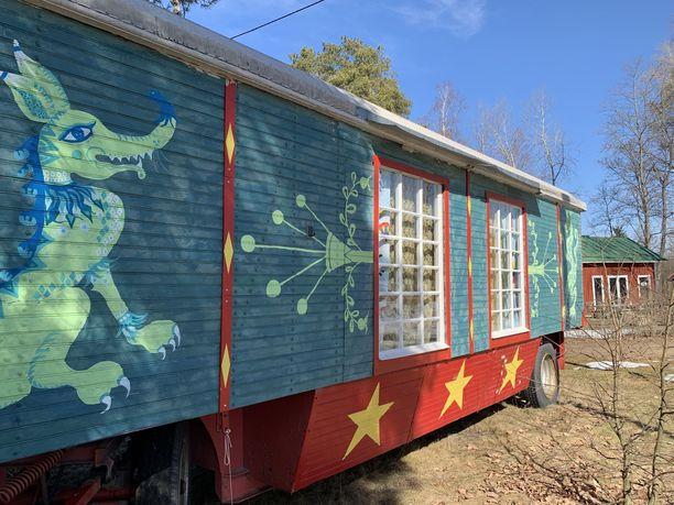 Sirkuksen vanha kioskivaunu toimii nykyään hostellihuoneena. Seinät on maalannut meksikolaistaiteilija Sandra Perez.
