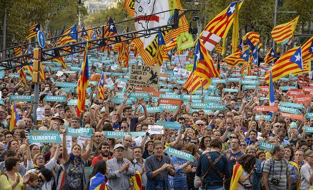 Kymmenet tuhannet ihmiset ovat osoittaneet Barcelonassa mieltään Katalonian itsenäisyyden puolesta. Kuva on viime lauantailta.