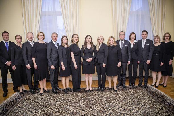 Niin tasavallan presidentti Sauli Niinistö kuin eduskunnan puhemies Matti Vanhanenkin (kesk) ovat ihmetelleet julkisesti nykyisen hallituksen avustajien suurta määrää.