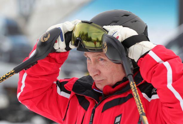 Putin, 66, laski mäkeä Gazprom Mountain Resortissa.