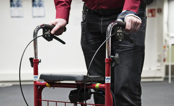 Heijastin ja kypärä parantaisivat rollaattorillakin liikkuvien turvallisuutta.