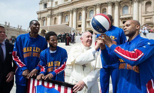 Paavin oli tarkoitus pyörittää koripalloa sormenpäällään.