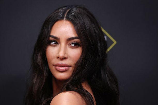 Kim Kardashian poseeraa punaisella matolla vuonna 2019.