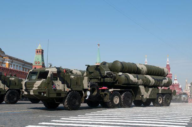 S-400 -ohjusjärjestelmää esiteltiin paraatissa Moskovassa lähellä punaista toria 2010.