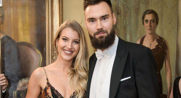 Tim Sparv ja Jitka Nováčková viihtyivät yhdessä itsenäisyyspäivän juhlavastaanotolla Presidentinlinnassa 6. joulukuuta 2019.