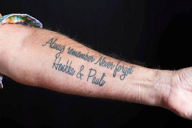 Harri Toivosen kädestä löytyy Henri-veljen ja Pauli-isän muistoa kunnioittava tatuointi.