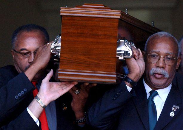 Tommie Smith (vas.) ja John Carlos saattoivat Peter Normanin haudan lepoon vuonna 2006.