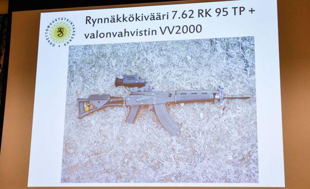 Varusmiehet ampuivat taisteluammunnassa tällaisella valonvahvistimella varustetulla rynnäkkökiväärillä.